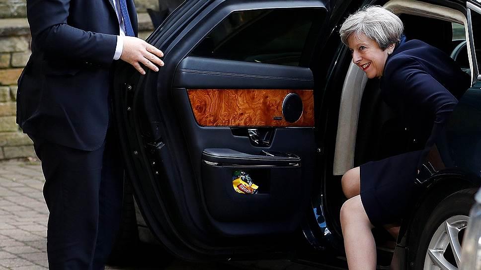 Начав парламентскую кампанию с преимуществом в 20% над Джереми Корбином, Тереза Мэй (на фото) заканчивает ее почти вровень с ним