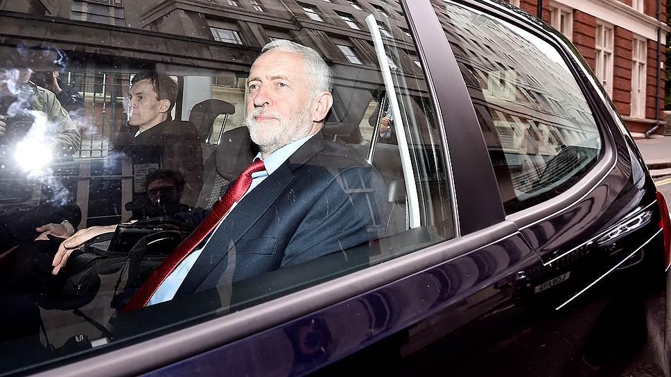 Даже парламентарии от его собственной партии считают лидерство Джереми Корбина вредным и неуместным, тем не менее рядовым членам партии он очень нравится