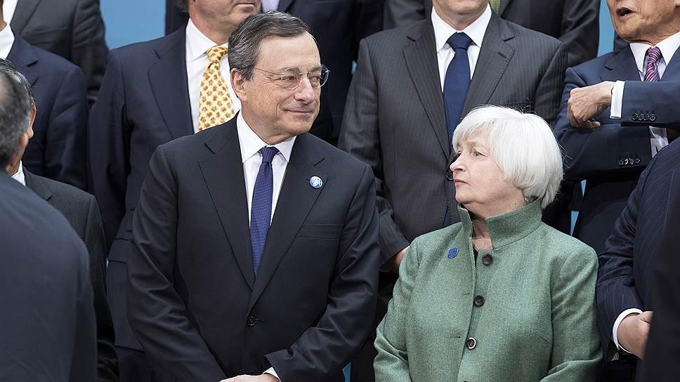Слишком низкая инфляция в еврозоне и США не позволяет монетарным властям (на фото — главы ЕЦБ Марио Драги и ФРС Джанет Йеллен) свернуть программы количественного смягчения