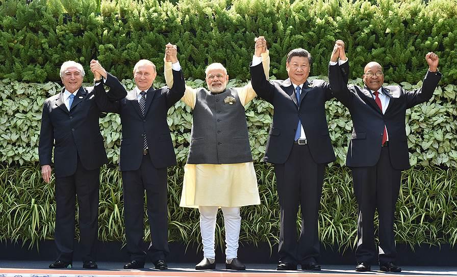 Страны БРИКС, похоже, оправились от финансовых шоков последних лет и в этом году снова попали в поле зрения мировых финансистов (на фото — лидеры Бразилии, России, Индии, Китая и ЮАР на саммите БРИКС в Гоа, 2016 год)