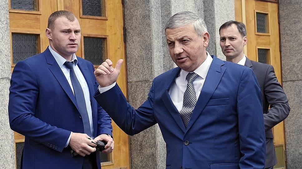 Самый успешный новичок рейтинга высокооплачиваемых губернаторов — глава Северной Осетии Вячеслав Битаров (в центре), заработавший в 2016 году 31,6 млн руб.