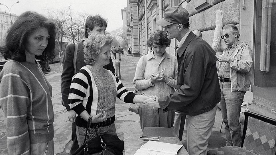 Джозеф Маури (справа) собирает подписи в защиту бездомных американцев у посольства США в Москве (1987 год)