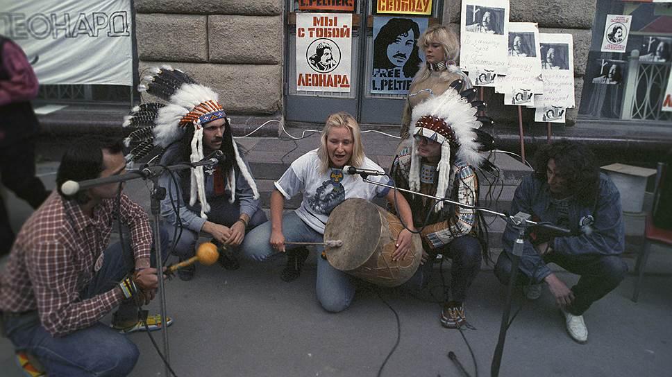 Митинг в защиту Леонарда Пелтиера у здания американского посольства в Москве (1988 год)