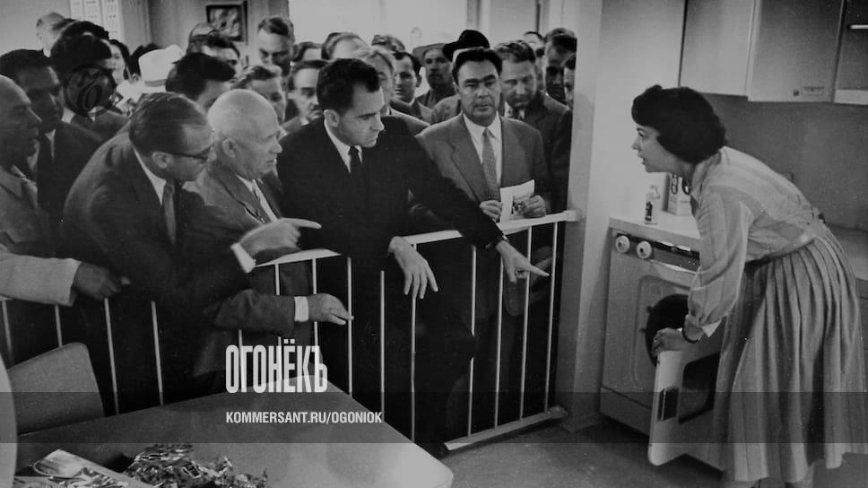 Председатель Совета Министров СССР Никита Сергеевич Хрущев и вице-президент США Ричард Никсон на открытии американской выставки в Москве // Альбом 1959 года