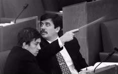 Депутаты Александр Починок (слева) и Сергей Шахрай (справа) привнесли в Государственную думу опыт дебатов съезда народных депутатов РСФСР
