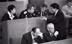 Депутат Юрий Власов (слева) был кандидатом в президенты в 1996 году, депутат Сергей Бабурин (справа) — в 2018 году. В 90-е годы их, как и бывшего председателя Верховного совета СССР Анатолия Лукьянова (в центре), объединяло неприятие политики президента Бориса Ельцина