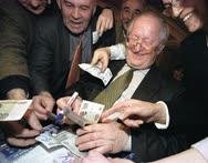 Виктор Геращенко пользовался популярностью на Охотном Ряду и когда был главой Центробанка, и когда его сняли с работы. После того как его освободили от должности, он вышел из зала пленарных заседаний и долго расписывался на купюрах