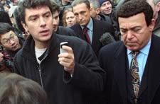 В Москве 23 октября 2002 года произошел захват террористами зрительного зала Дворца культуры завода «Московский подшипник», в котором шла демонстрация мюзикла «Норд-Ост». Ответственность за захват более 700 заложников взял на себя известный чеченский боевик Мовсар Бараев. Лидер партии «Союз правых сил» Борис Немцов (слева) и певец, депутат Государственной думы Иосиф Кобзон (справа) участвовали в переговорах с террористами