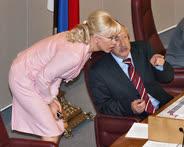 Вице-спикер Олег Морозов показывает председателю комитета по охране здоровья Татьяне Яковлевой новые направления работы
