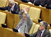 Многолетний координатор фракции КПРФ Сергей Решульский (в центре) призывает своих соратников голосовать против