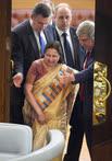 Спикер нижней палаты парламента Индии Сумитра Махаджан (слева) и первый заместитель председателя ГД России Иван Мельников (справа) во время пленарного заседания