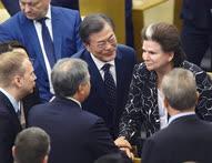 Председатель Госдумы Вячеслав Володин (второй слева) представил президенту Южной Кореи Мун Чжэ Ину (в центре) Валентину Терешкову