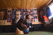 Февраль. Владимирская область. Мальчик Путин Джахонгирович Джураев, названный в честь президента России Владимира Путина, в доме переселенцев из Таджикистана