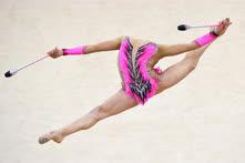 Февраль. Москва. Израильская гимнастка Линой Ашрам во время выступления с булавами на международном турнире «Гран-при Москва 2017»