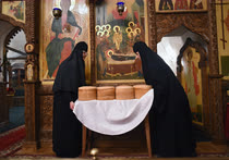 Апрель. Ярославская область. Монахини Николо-Сольбинского женского монастыря укладывают артос (пасхальный хлеб) перед началом пасхального богослужения