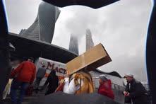 Апрель. Москва. Посетители торгового центра «Афимолл», эвакуированные после сообщения в полицию о подозрительном предмете
