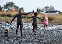 Август. Керчь. Купание в лечебной грязи на озере Чокрак