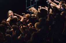 Октябрь. Москва. Игги Поп во время выступления на сцене клуба Stadium