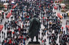 Ноябрь. Москва. Футбольные болельщики на площади перед памятником Ленину в Лужниках