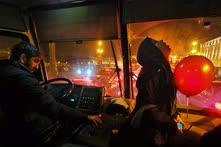 Ноябрь. Санкт-Петербург. Молодой человек с красным воздушным шариком в пассажирском автобусе