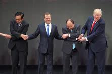 Ноябрь. Манила. Слева направо: премьер-министр Королевства Таиланд Прают Чан-Оча, председатель правительства России Дмитрий Медведев, премьер-министр Социалистической Республики Вьетнам Нгуен Суан Фук и президент США Дональд Трамп на саммите АСЕАН
