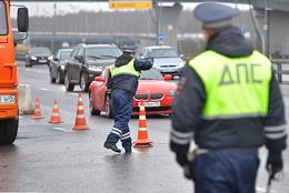 Moscow during self-isolation regime caused by the danger of the coronavirus COVID-19 spread. Introduction of travel permit system. Genre photography. Traffic Police post at the entrance to Moscow on Leninsky Prospect. Road Patrol Service employees and officers of the Russian National Guard check drivers' permits to enter Moscow.