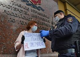 One-person protests in support of Russian journalist and municipal deputy Ilya Azar on Petrovka, 38 near the building of the Main Directorate of the Ministry of Internal Affairs in Moscow.