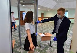 Acting Head of the Federal Service for Supervision in Education and Science (Rosobrnadzor) Anzor Muzayev visits an examination center.