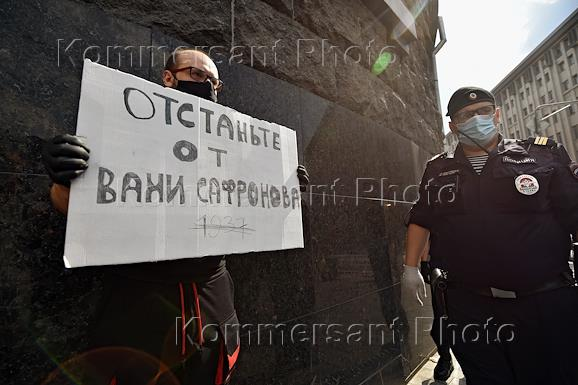 One-person protests in support of former reporter of the Kommersant Publishing House Ivan Safronov in front of the FSB building.