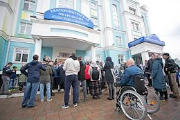 Rally of supporters of former schema-hegumen (schemamonk) Sergius at the building of the Ekaterinburg diocese.