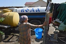 Water supply schedules have been introduced in Simferopol and in Simferopol and Bakhchisarai districts due to the drought in Crimea. Construction of water supply lines and underground storage. Water trucking in Nizhneya Kutuzovka village. People store drinking water from mountain springs. Kutuzovsky off-channel reservoir.