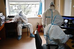 Genre photography. Employees of the Filatov City Clinical Hospital No. 15 working in the 'red zone' with coronavirus patients.