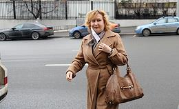 HSE professor Irina Alebastrova at the entrance to the Basmanny Court before the consideration of the merits of the claim of the former teacher of the Higher School of Economics, demanding to reinstate them at work and pay compensation.