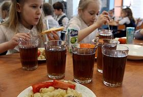 Checking the nutrition of students at school No. 102 by the Rospotrebnadzor commission.