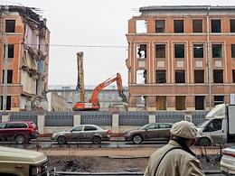 Demolition of the historic school building on the 14th line of V.O., 77 in St. Petersburg.