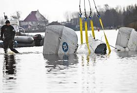 Lifting of the tail section of the EMERCOM helicopter that fell into the Curonian Lagoon.