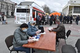 On Lenin Square in Simferopol, vaccination against covid-19 started. The residents of Simferopol will be able to get the second component 'Sputnik-V' wherever they want: either in the clinic at the place of registration, or in others, including mobile vaccination points. In the coming days, mobile outpatient clinics will appear in Kerch, Evpatoria and Dzhankoy. By the beginning of the holiday season, it is planned to vaccinate more than 900 thousand Crimeans.