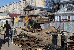 Cable car and springboard. Construction work for the reconstruction and improvement of the Bolshaya Pokrovskaya pedestrian street.