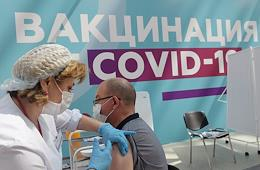 Staff of the My Documents service centers and the Department of Social Protection working at the vaccination station in Gostiny Dvor.