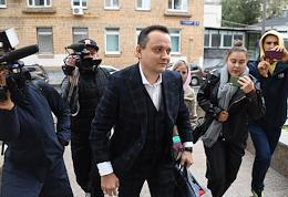 Conversation on the lawsuit filed by stand-up comedian Idrik Mirzalizade against the Ministry of Internal Affairs demanding to cancel the decision on a life ban for him from entering Russia at the Zamoskvoretsky District Court. Lawyer Sergei Badamshin at the courthouse.